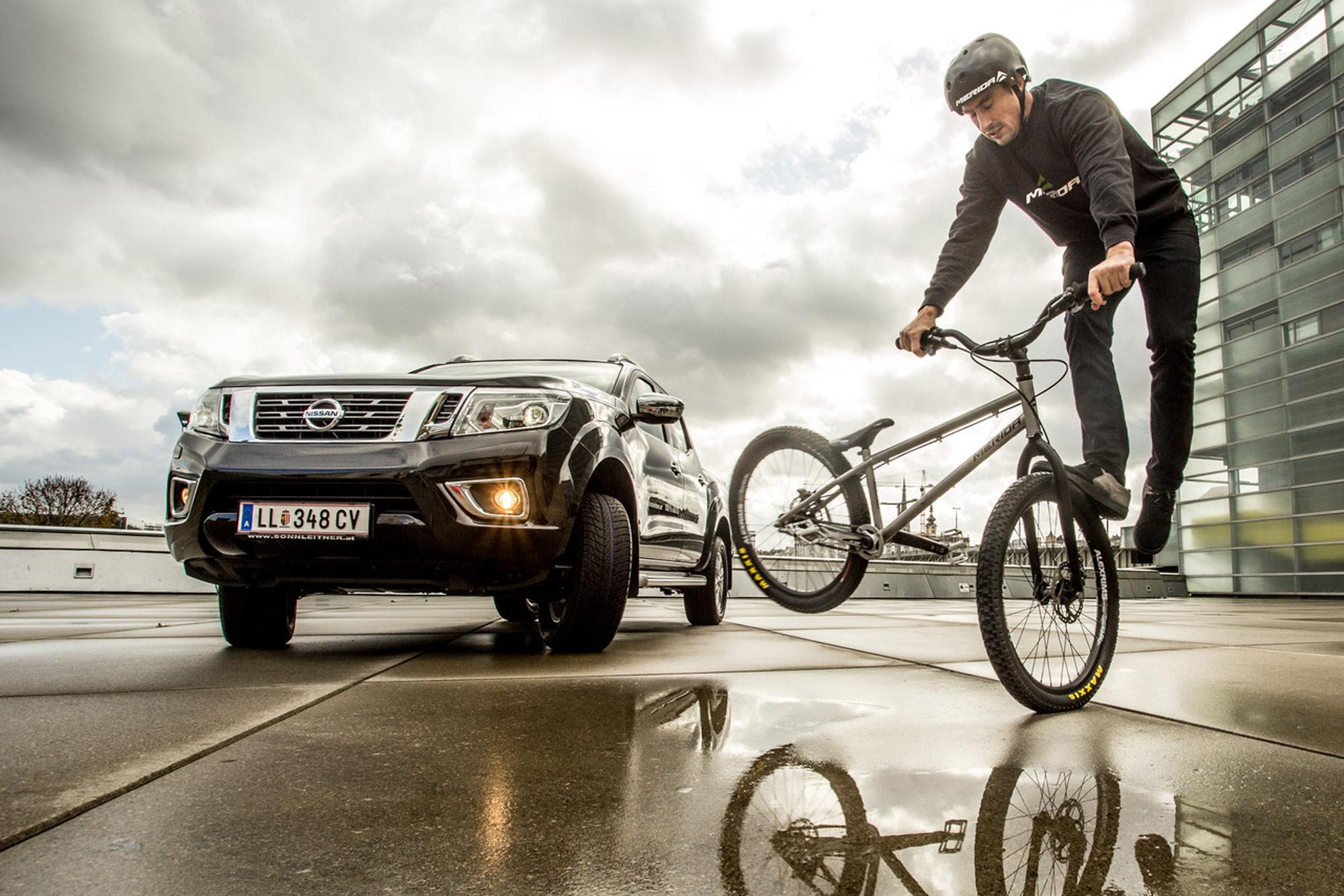 Dominik Raab macht einen Trick am Maindeck vom AEC in Linz