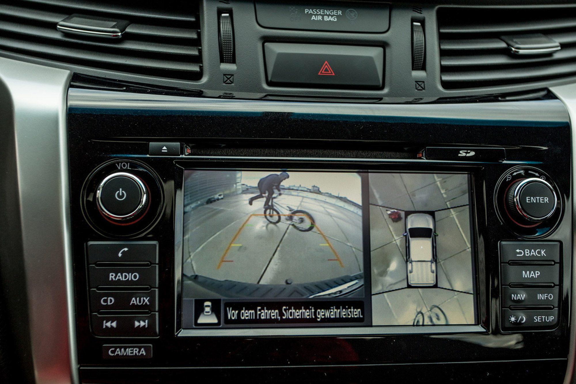 Dominik Raab macht einen Trick gefilmt von der Kamera seines Nissan Navaras