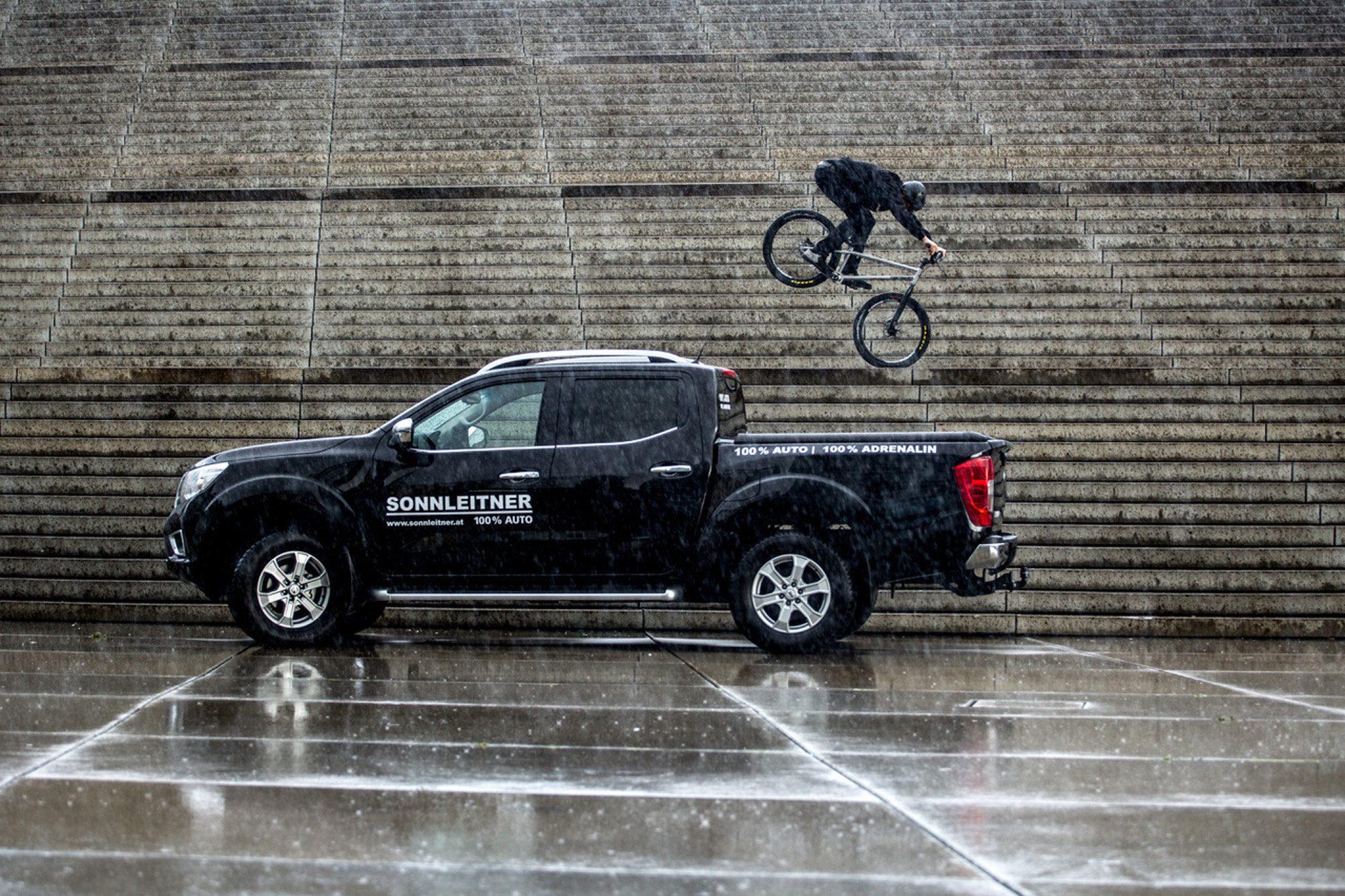 Dominik Raab im Regen und davor befindet sich ein Nissan