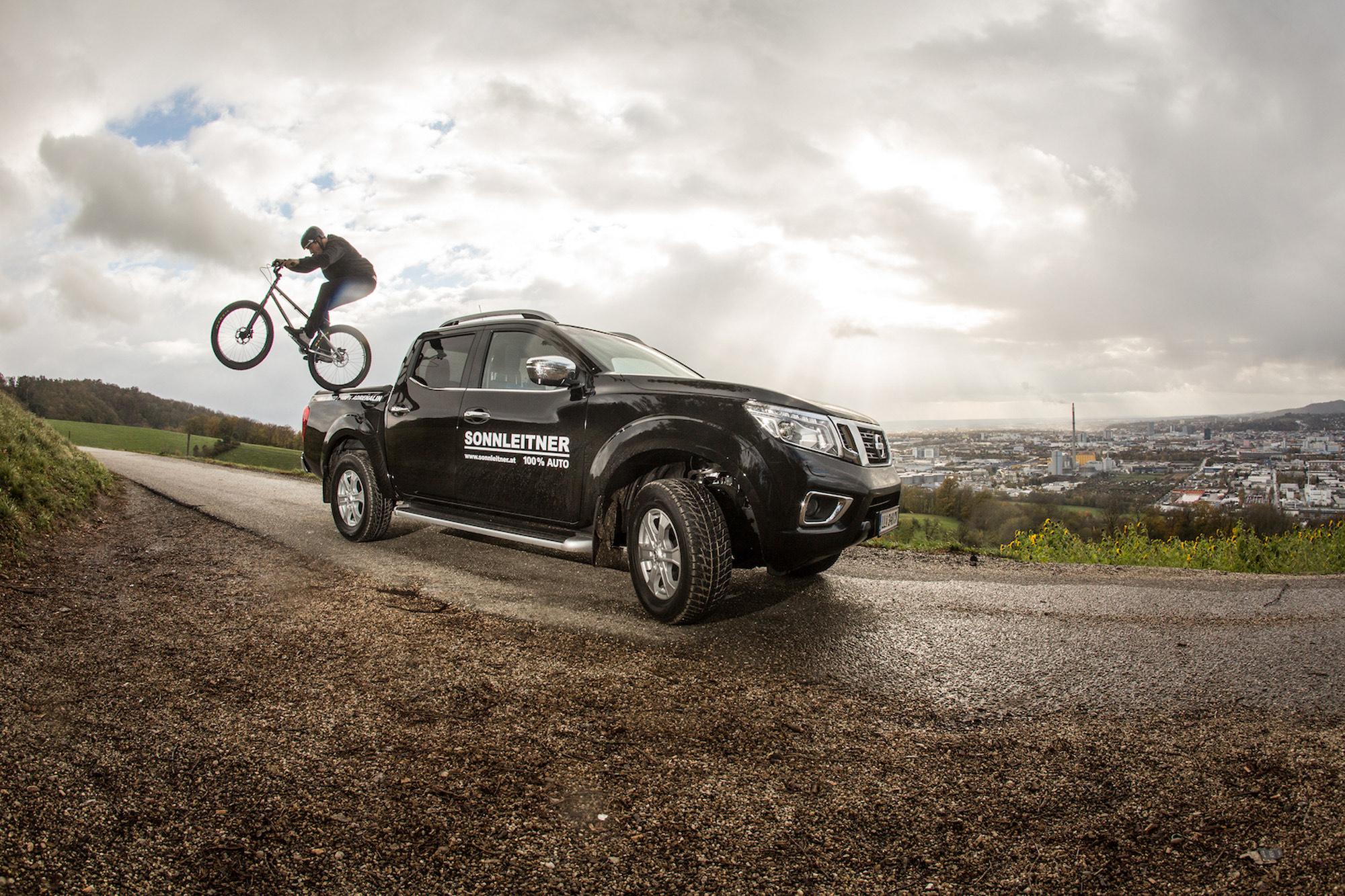 Dominik Raab springt mit seinem Trialbike von einem Nissan Navara runter