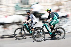 Dominik Raab fährt mit seinem Fahrrad und überholt einen anderen Radfahrer