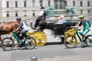 Dominik Raab und Alban Aubert fahren mit dem Fahrrad durch Wien und überholen einen Fiaker