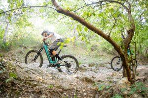 Dominik Raab fährt mit seinem Mountainbike einen steinigen Weg bergauf