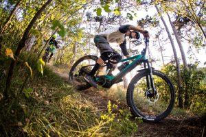 Dominik Raab fährt auf seinem Fahrrad in einer Kurve
