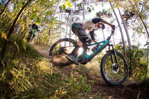 Dominik Raab fährt eine Kurve auf seinem Enduro Bike