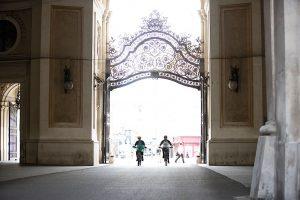Dominik Raab zeigt seinem Teamkollegen Alban die Sehenswürdigkeiten Wiens