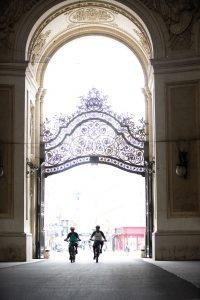 Dominik Raab fährt mit seinem E-Bike bei der Hofburg in Wien