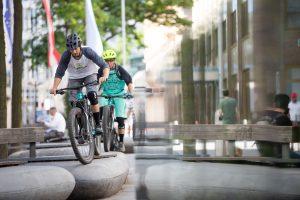 Dominik Raab fährt mit seinem Fahrrad über Bänke in Wien