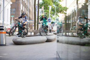 Dominik Raab macht Tricks miot dem E-Bike in der Stadt