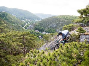 Dominik Raab fährt eine steilen Felsen runter