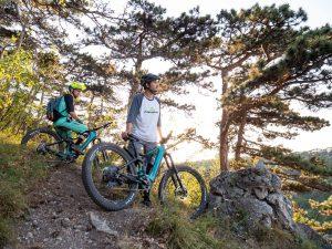 Dominik Raab fährt mit seinem E-Bike in Mödling