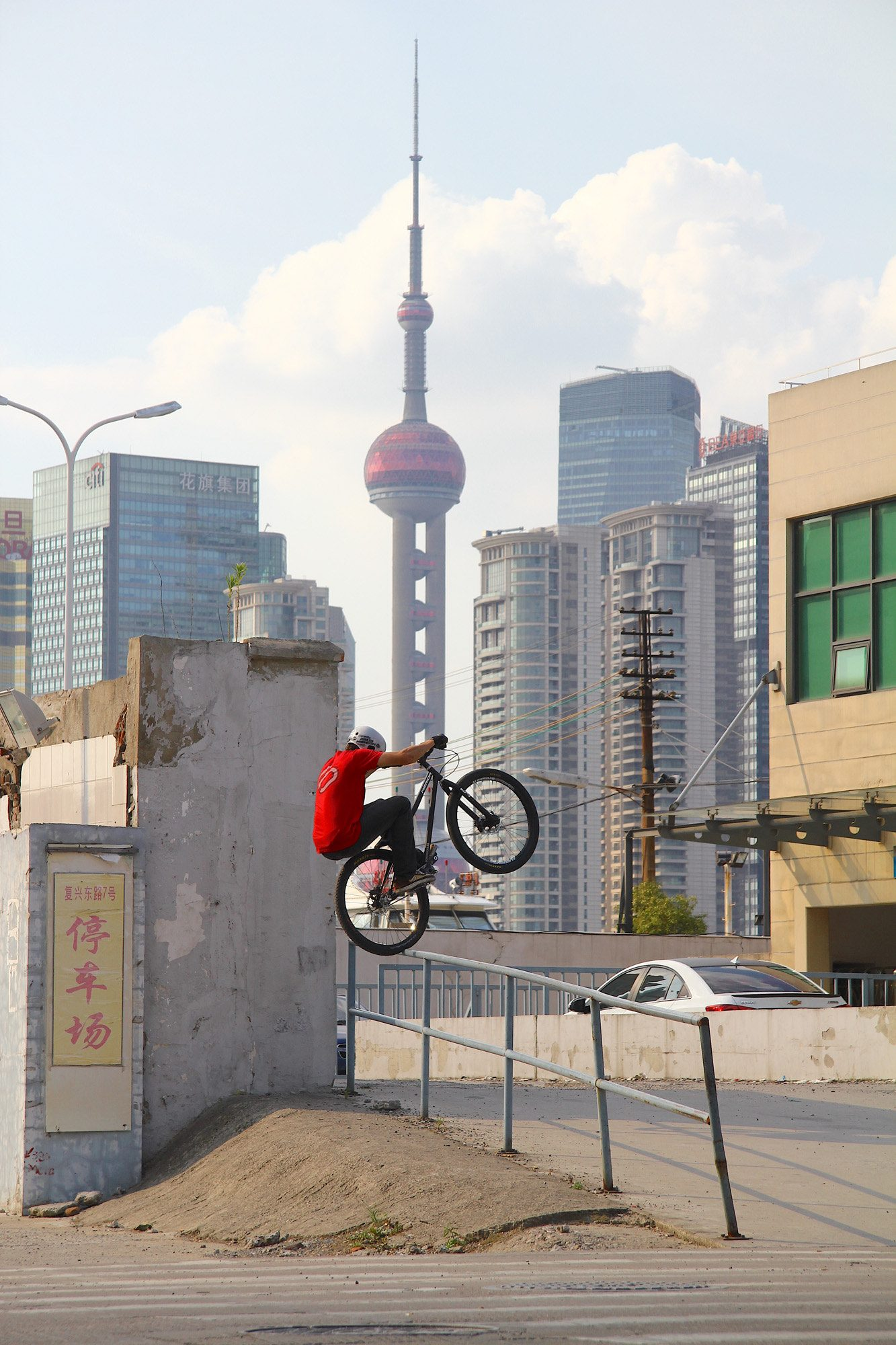 Dominik Raab springt auf ein Geländer in Shanghai