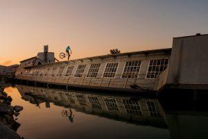 Dominik Raab macht einen Trick auf einem Schiff im Hafen von Linz