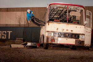 Dominik Raab springt mit dem Fahrrad gegen einen Bus