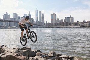 Dominik Raab springt mit seinem Trialbike in New York