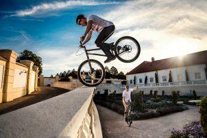 Dominik Raab macht einen Vorderraddrop von einer Mauer