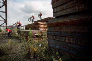 Dominik Raab springt von einer hohen auf eine niedrige Stahlplatte