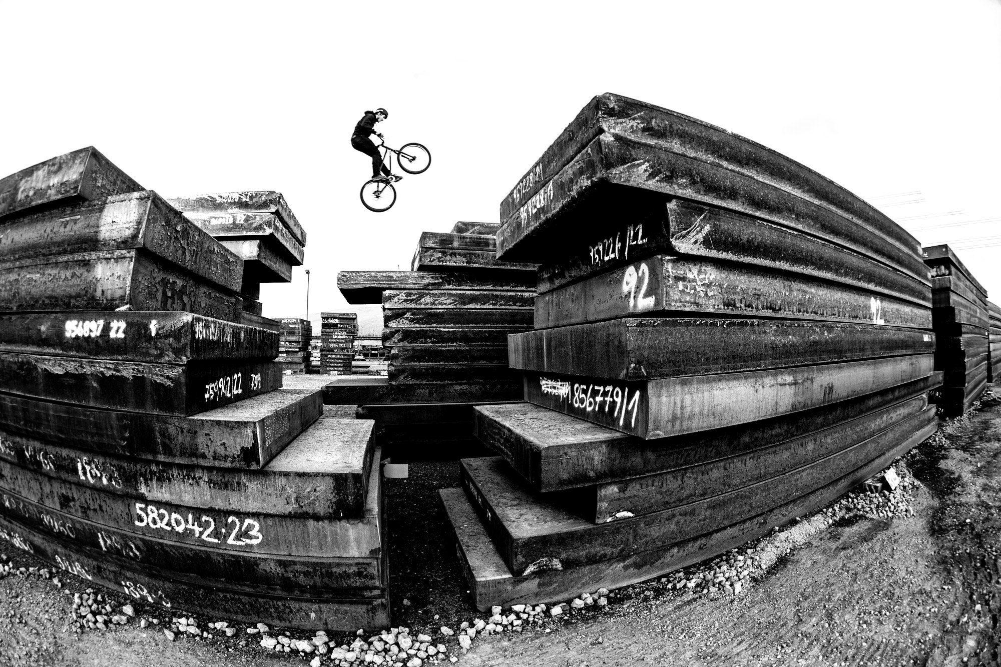 Dominik Raab zeigt wie weit er mit dem Trialbike springen kann