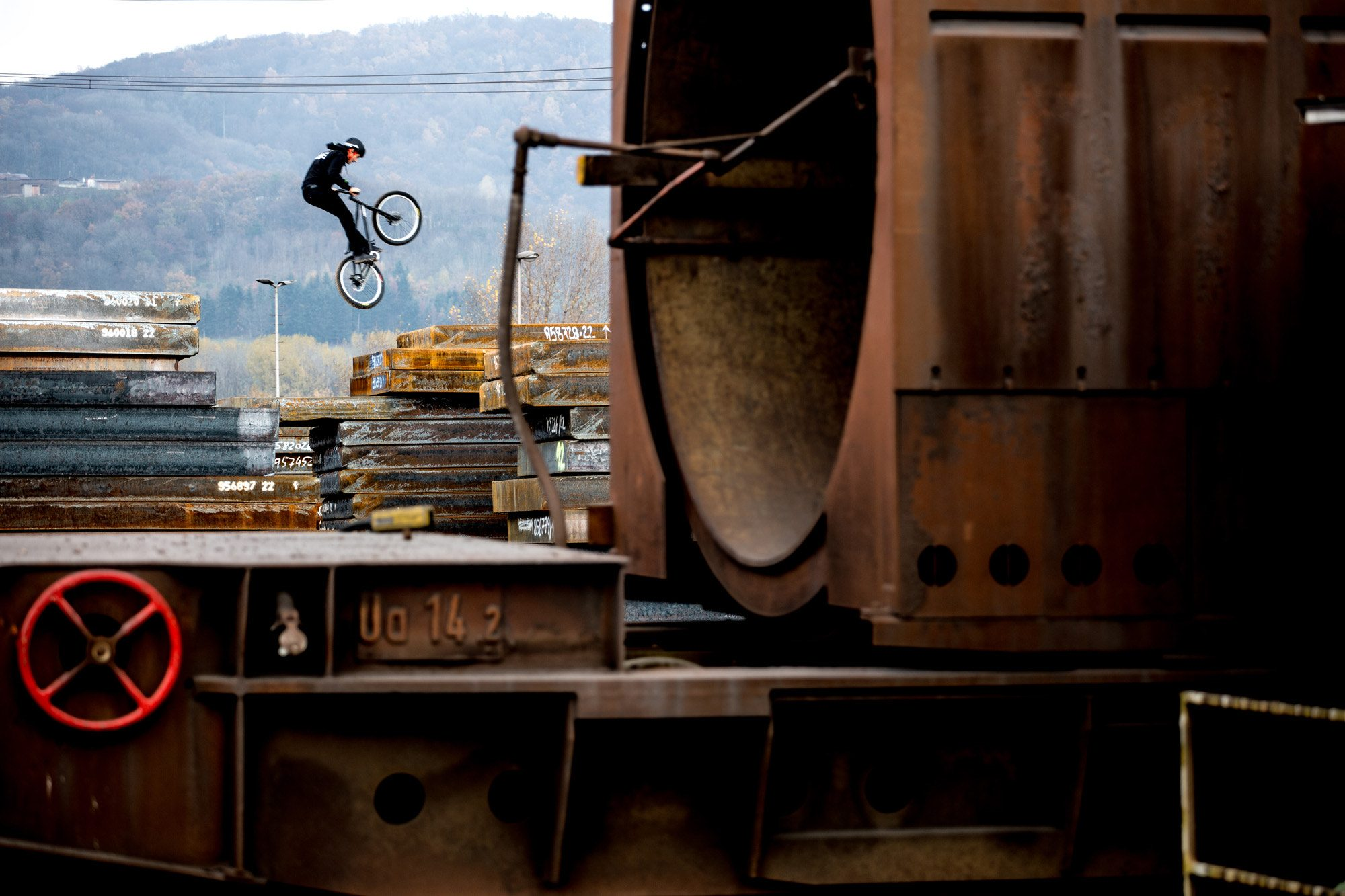 Dominik Raab in einem Stahlwerk in Linz