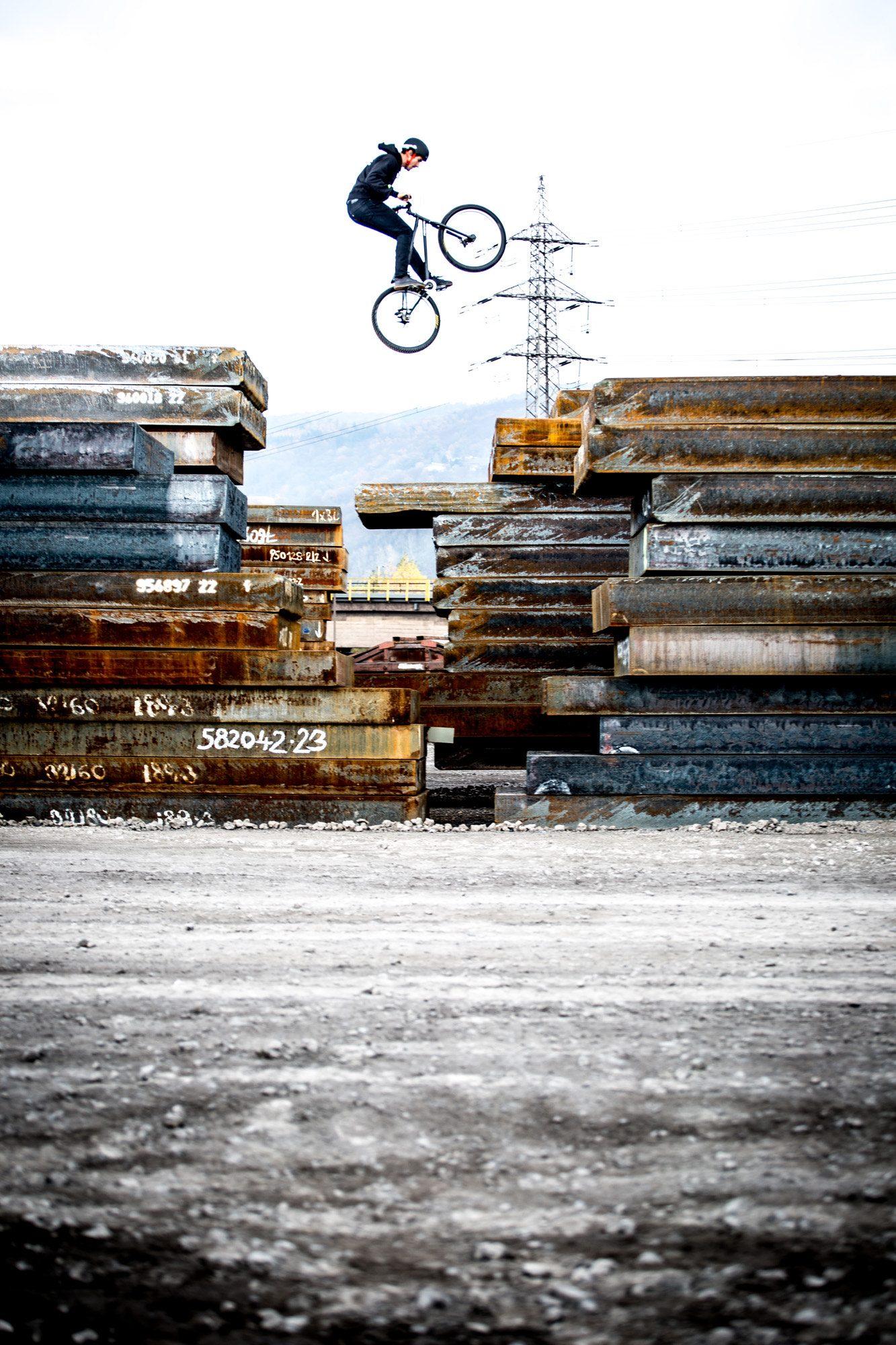 Dominik Raab springt von Stahlplatte zu Stahlplatte