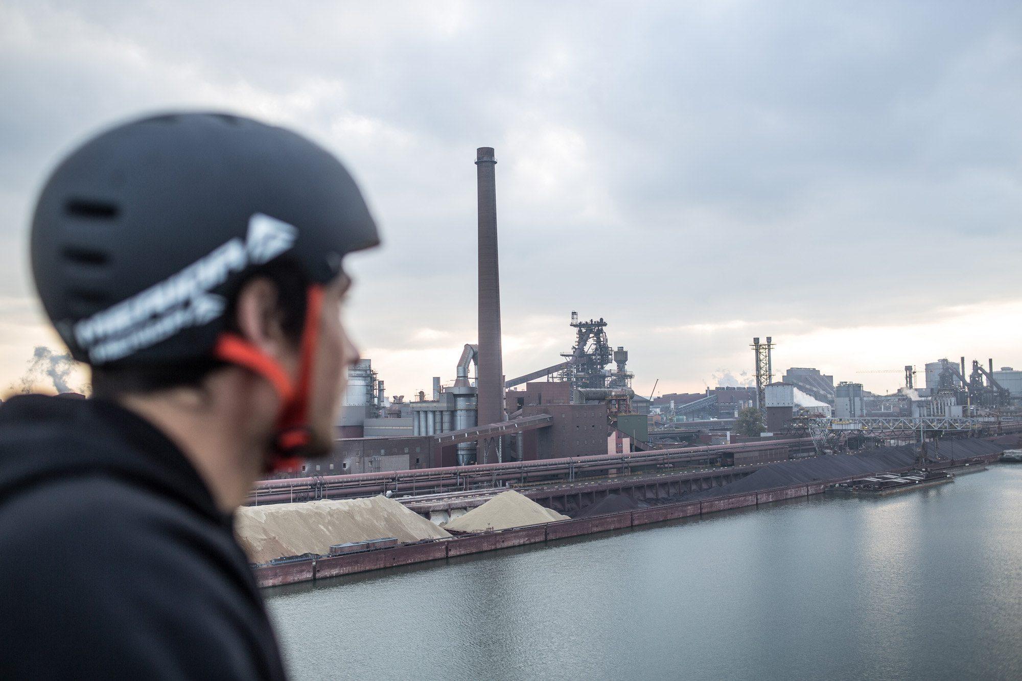 Dominik Raab befindet sich im Hafen der Voestalpine Linz