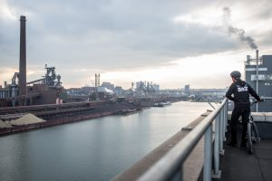 Dominik Raab blickt über den Hafen der Voest